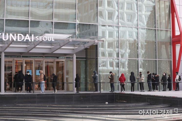 현대백화점이 오는 26일 서울 영등포구 여의도에 '더현대 서울'을 정식 개점한다. 더현대 서울은 서울 지역 백화점 중 가장 크다. 지하 7층~지상 8층 규모로 영업 면적이 8만9100㎡(약 2만7000평)에 달한다. 24일 사전 개장한 더현대 서울 앞에서 시민들이 입장을 위해 줄을 서고 있다. /문호남 기자 munonam@