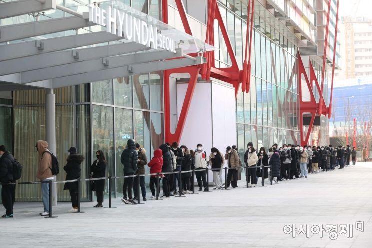 [포토]사전 개장한 더현대 서울 기다리는 시민들