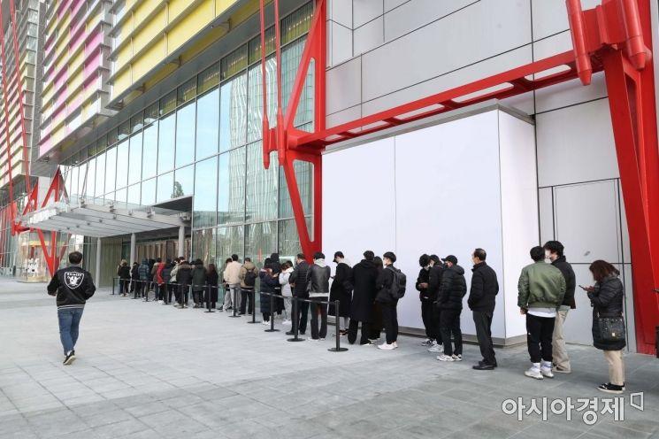 [포토]더현대 서울 앞 길게 줄 선 시민들