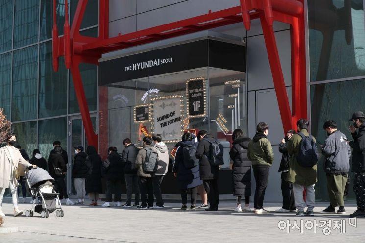 [포토]서울서 가장 큰 백화점 더현대 서울 찾은 시민들