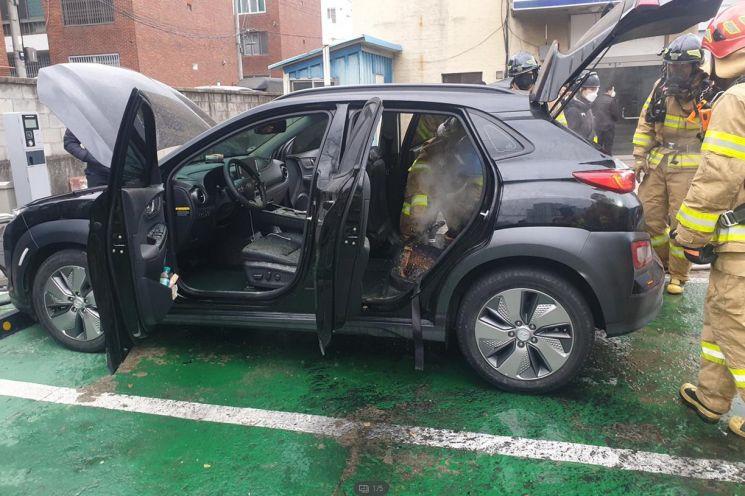 지난 1월 대구 달서구 유천동 한 택시회사에 설치된 공용 전기차충전기에서 충전 중이던 전기차 코나EV에서 원인을 알 수 없는 불이 났다. 출동한 소방대원들이 진압 작업을 하고 있다.<이미지출처:연합뉴스>