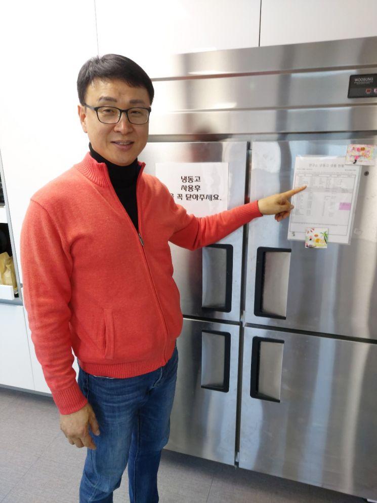 김현창 파르팜 대표가 부설연구소 조리실에 비치된 냉동고에 보관된 식재료에 대해 설명하고 있다. [사진=김종화 기자]