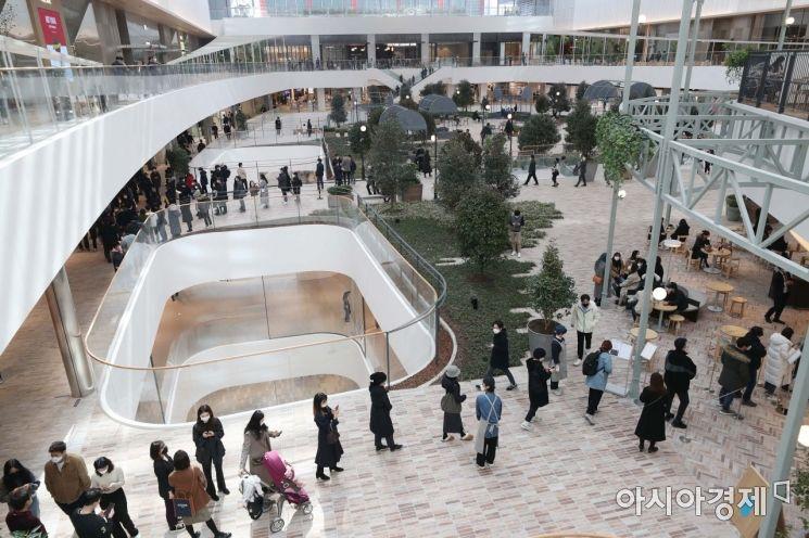 [포토]더현대 서울 찾은 시민들