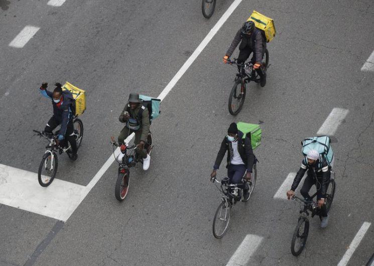 자전거로 배달하는 라이더들의 모습. 사진=AP