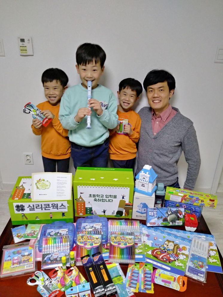 실리콘웍스, 임직원 자녀 50여명에 초등학교 입학 선물 전달