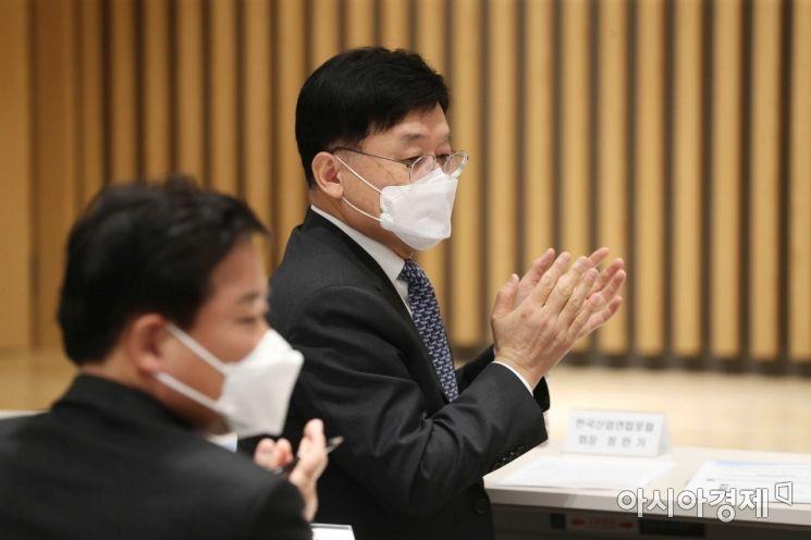 [포토]박수 치는 정만기 한국산업연합포럼 회장