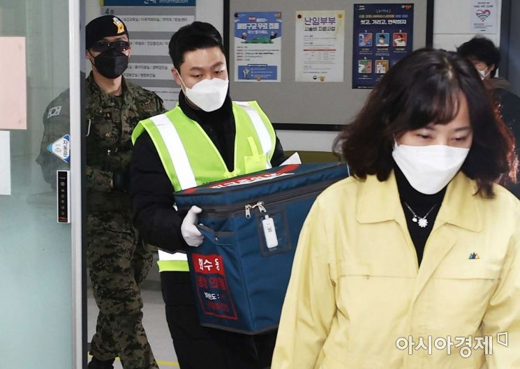 이천시 지트리비앤티 물류센터에서 출발한 아스트라제네카 백신이 25일 서울 중랑구보건소에서 도착, 관계자가 백신 수송함을 들고 이동하고 있다./강진형 기자aymsdream@