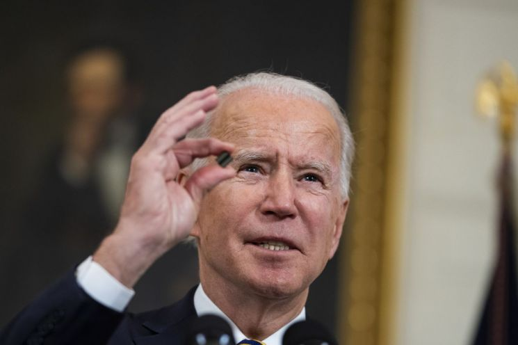 조 바이든 미국 대통령이 24일(현지시간) 백악관에서 반도체 공급망 구축에 관한 행정명령 서명에 앞서 반도체 칩을 들고 명령의 취지를 언급하고 있다.[워싱턴 EPA=연합뉴스]