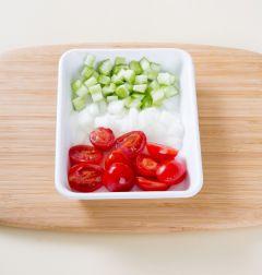 2. 방울토마토는 반으로 자르고 오이와 양파는 병아리콩 크기로 썬다.  (Tip 오이에 씨가 많을 때에는 반으로 갈라 가운데 씨를 Ⅴ자로 도려내고 썬다.)
