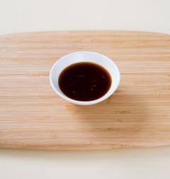 3. 분량의 드레싱 재료를 섞는다.  (간장 1, 설탕 0.5, 매실청 1, 식초 2, 소금 0.3, 다진 마늘 0.5)