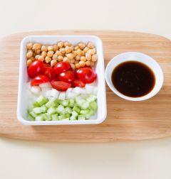 4. 볼에 병아리콩, 방울토마토, 오이, 양파를 담고 드레싱을 넣어 버무린다.