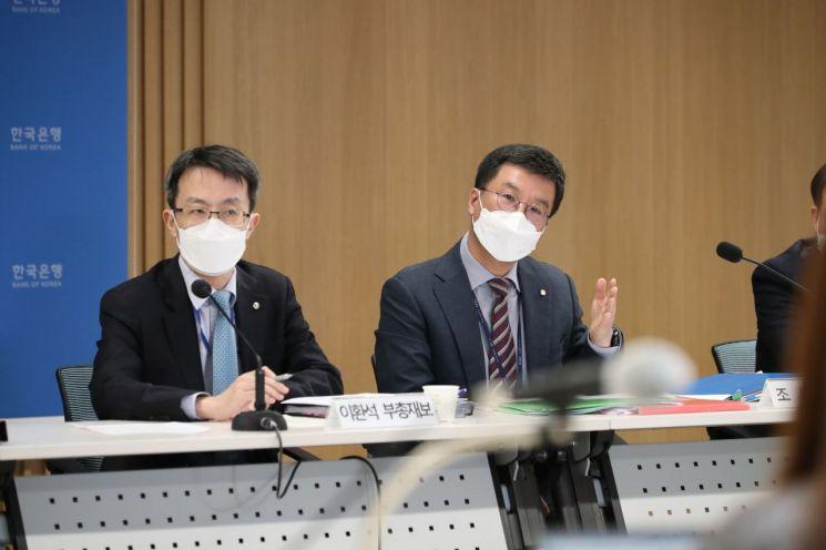 이환석 한국은행 부총재보(왼쪽)와 김웅 한국은행 조사국장이 25일 오후 서울 중구 한국은행에서 열린 경제전망 설명회에서 발언하고 있다.