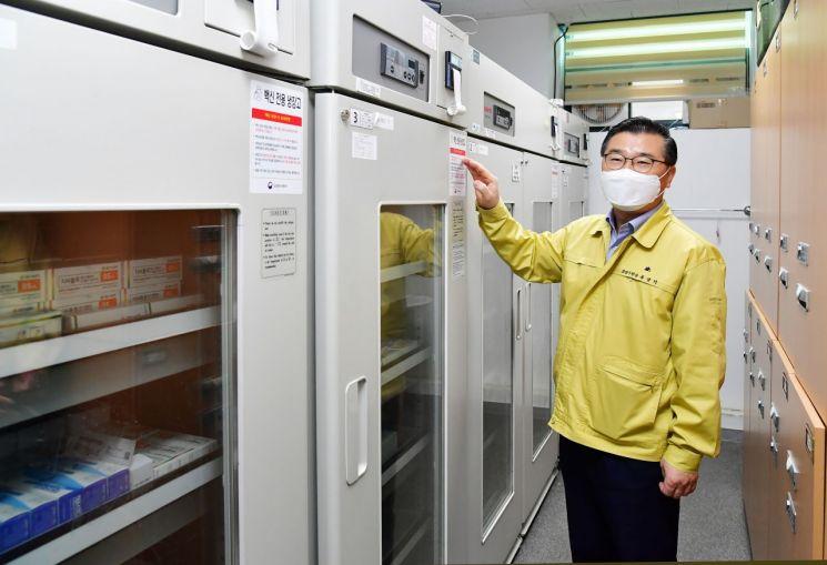 류경기 중랑구청장이 백신전용 냉장고를 살펴보고 있다