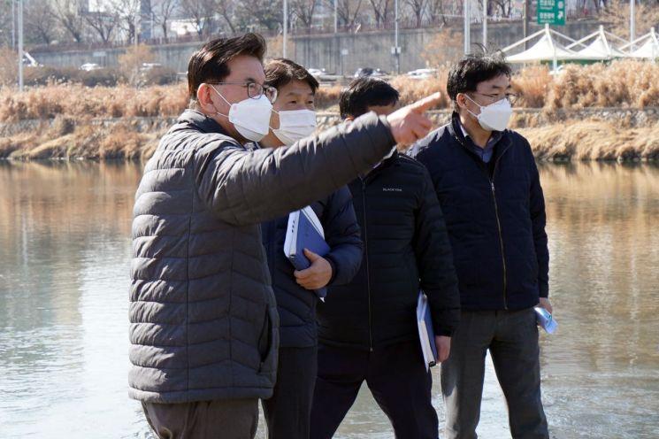 유덕열 동대문구청장(사진 가운데)이 중랑천변을 찾아 해빙기 안전점검에 나섰다.