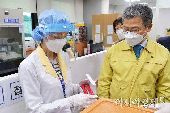 26일부터 접종에 들어갈 코로나19 백신이 25일 오후 광주광역시 서구보건소에 도착해 냉장보관에 앞서 의료진이 검수하고 있다.