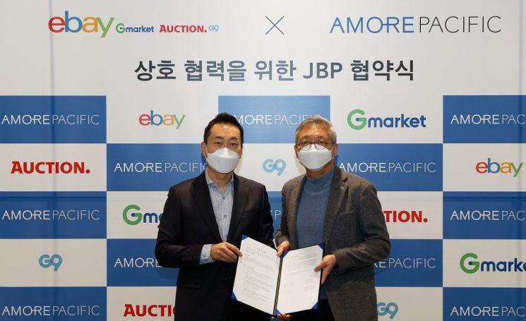 안세홍 모레퍼시픽 대표이사(오른쪽)와  전항일 이베이코리아 사장이 25일 서울 용산구 아모레퍼시픽 본사에서 열린 업무 협약식에서 기념사진을 촬영하고 있다.