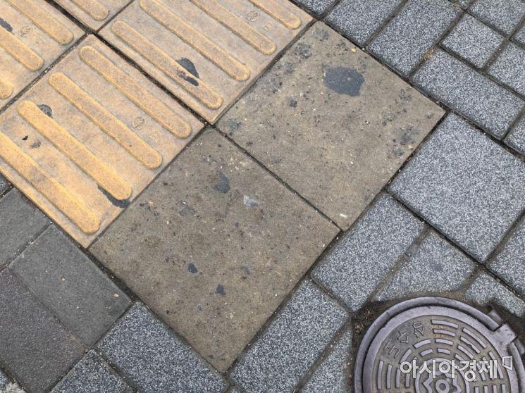 점자블록이 거의 마모되어 점형 블록인지 선형 블록인지 형체를 알아볼 수 없다. 사진=김초영 인턴기자 choyoung@asiae.co.kr