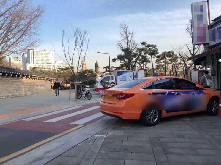한 택시가 보도에 불법 주차를 해 점자블록을 가리고 있다. 사진=김초영 인턴기자 choyoung@asiae.co.kr