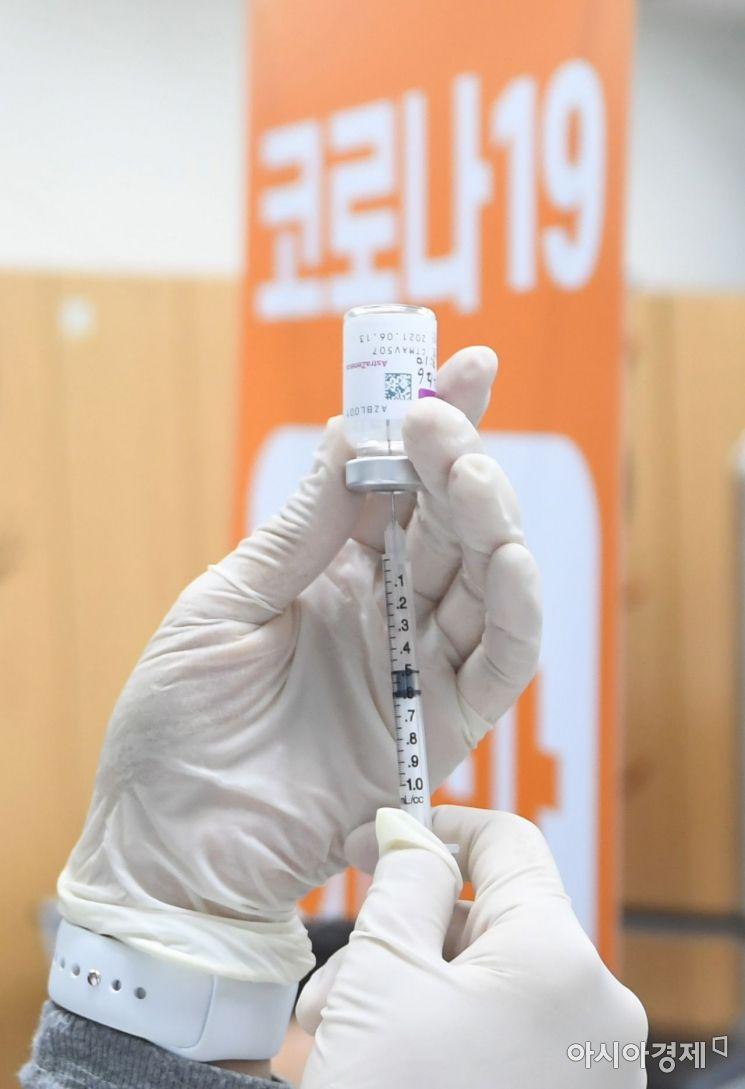 26일 오전 서울 금천구 보건소에서 의료진이 신종 코로나바이러스 감염증(코로나19) 아스트라제네카(AZ) 백신을 주사기에 담고 있다./사진공동취재단