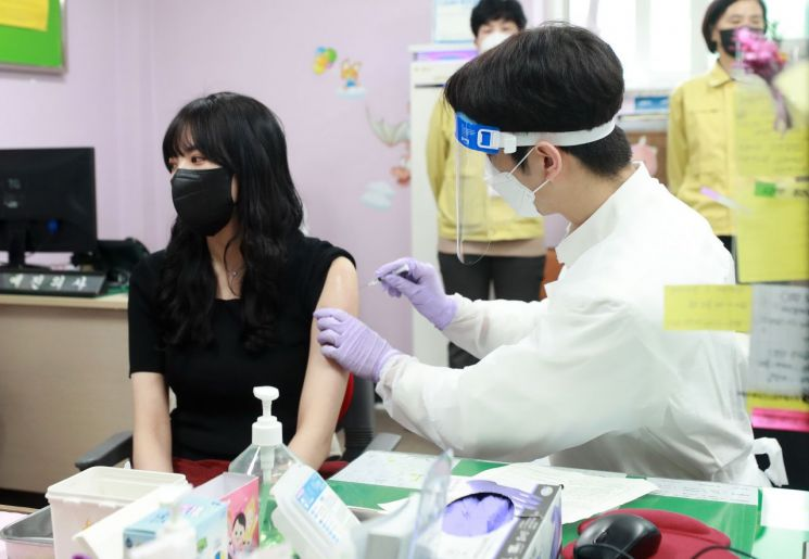 26일 오전 부산진구보건소에서 한 요양병원 종사자가 아스트라제네카 코로나19 백신 1회차 접종을 받고 있다. [이미지출처=연합뉴스]