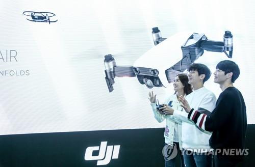 DJI코리아가 지난 2018년 1월 경기도 용인 DJI 아레나에서 '매빅 Air' 신제품을 시연하고 있다./사진=연합뉴스