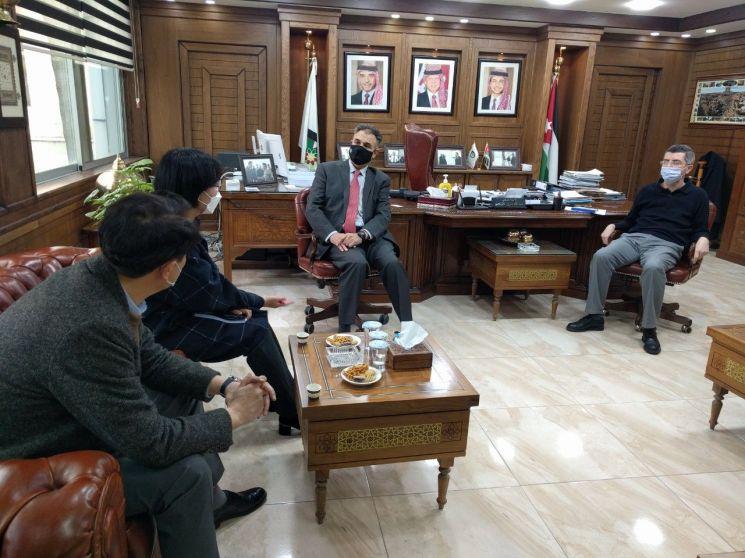 동의대 관계자와 요르단 발카대 총장 등이 직업기술 교육환경 개선 사업에 대해 이야기를 나누고 있다.