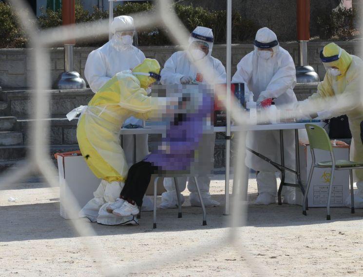 2월 18일 울산의 한 초등학교 운동장에 설치된 선별진료소에서 코로나19 검사가 이뤄지고 있다. [연합뉴스]