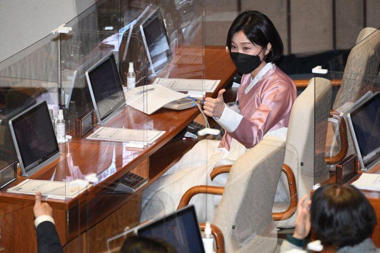 허은아 국민의힘 의원이 26일 오후 국회 본회의에 한복을 입고 참석, 동료 의원의 환호에 엄지를 들고 있다. / 사진=연합뉴스