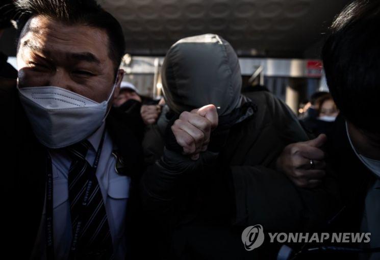 항의 받으며 법원 나서는 '정인이' 양부 안 모 씨 / 사진=연합뉴스