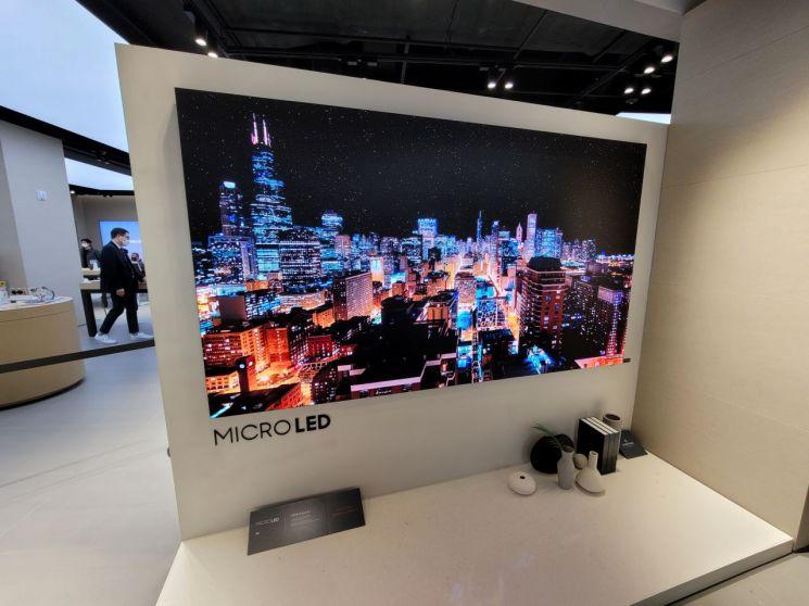 삼성전자 더현대서울 프리미엄 스토어에 전시된 삼성 마이크로 LED TV/사진=우수연 기자