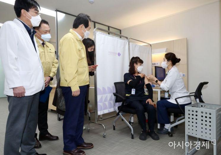 [포토] 화이자  백신 접종 지켜보는 정세균 총리