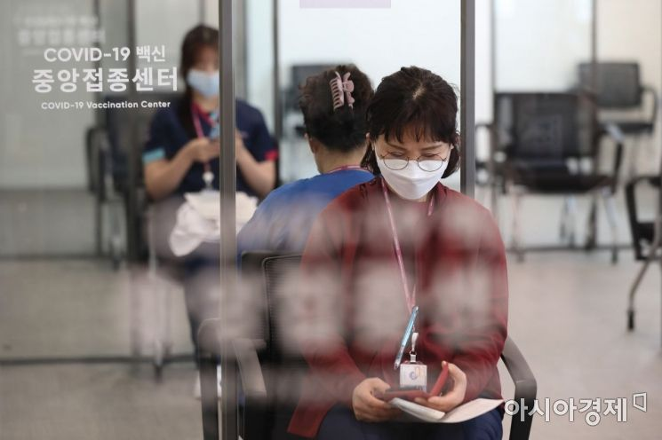 27일 오전 서울시 중구 을지로 국립중앙의료원 중앙예방접종센터에서 코로나19 화이자 백신을 맞은 코로나19 의료진들이 관찰실에서 대기하고 있다./사진공동취재단