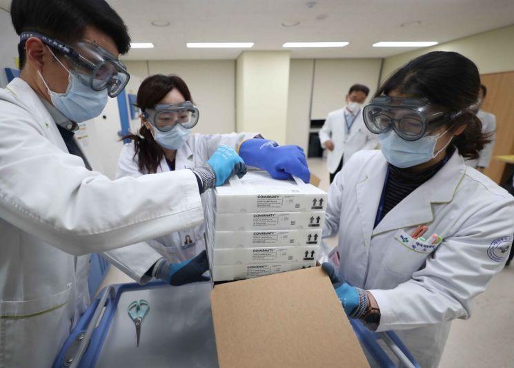 26일 오후 경남 양산시 양산 부산대학교병원 코로나19 영남권역 예방센터에서 의료진이 화이자 백신을 냉동고로 옮기고 있다. [이미지출처=연합뉴스]