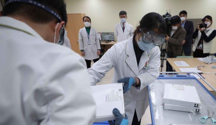 26일 오후 경남 양산시 양산 부산대학교병원 코로나19 영남권역 예방센터에서 의료진이 화이자 백신을 옮기고 있다. [이미지출처=연합뉴스]