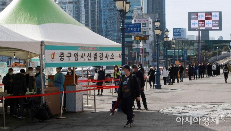 국내 코로나19 '3차 대유행'이 지속하는 가운데 28일 서울 중구 서울역 임시선별검사소에서 시민들이 검사를 받기 위해 긴 줄을 서 있다. 이날 0시 기준 신규 확진자 수는 356명으로 집계됐다./김현민 기자 kimhyun81@