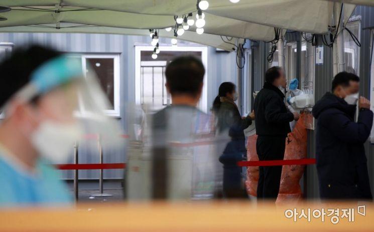 국내 코로나19 '3차 대유행'이 지속하는 가운데 28일 서울 중구 서울역 임시선별검사소에서 시민들이 진단 검사를 받고 있다. 이날 0시 기준 신규 확진자 수는 356명으로 집계됐다./김현민 기자 kimhyun81@