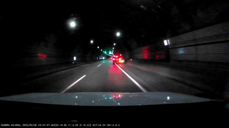 터널 벽에 부딪히는 음주운전 차량. 사진 = 연합뉴스