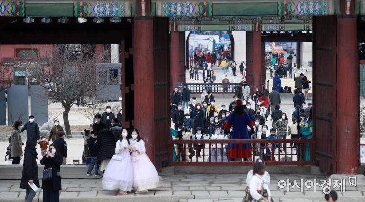[포토] 포근한 휴일, 시민들로 붐비는 경복궁