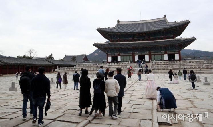 포근한 봄날씨를 보인 28일 서울 경복궁을 찾은 가족 단위 시민들이 나들이를 즐기고 있다./김현민 기자 kimhyun81@