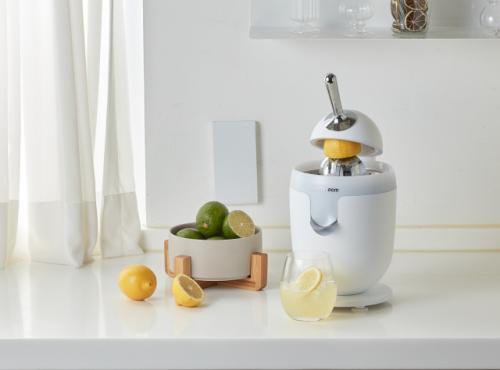락앤락은 자사 브랜드 제니퍼룸이 건강한 음료 만들기에 유용한 '전자동 프리미엄 착즙기'를 출시했다고 밝혔다. 사진 = 락앤락 제공