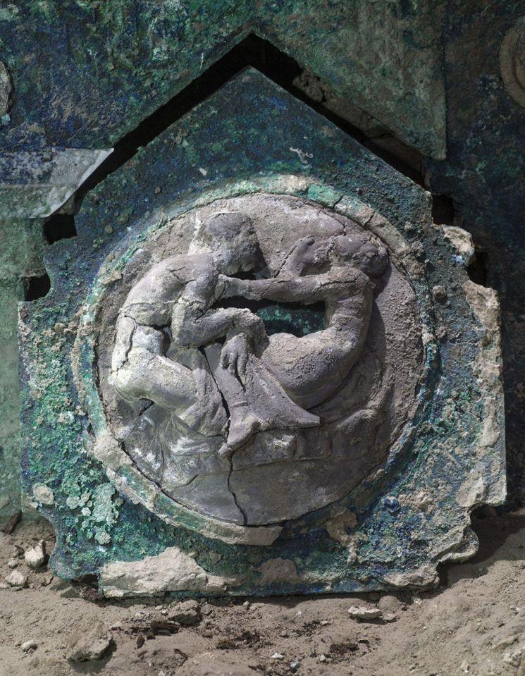 폼페이 지역에서 발굴된 2천 년 전 마차. [이미지출처=EPA연합뉴스]