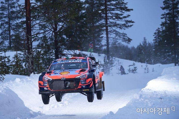 '2021 월드랠리챔피언십' 2차 대회 핀란드 북극 랠리에서 현대자동차 'i20 Coupe WRC' 랠리카가 주행하고 있는 모습.