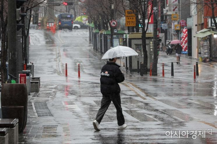 봄비가 내리고 있는 1일 서울 서대문구 연세로에서 시민들이 우산을 쓰고 발걸음을 옮기고 있다./강진형 기자aymsdream@