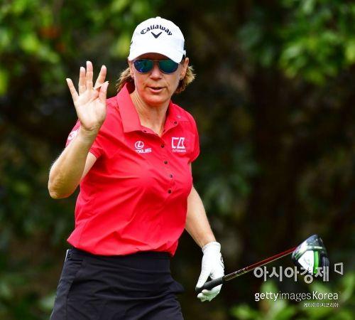 '옛날 골프여제' 안니카 소렌스탐은 게인브리지LPGA 최종일 빨간 셔츠와 검정 치마를 입어 타이거 우즈에 대한 통해 각별한 마음을 표현했다. 올랜도(美 플로리다주)=Getty images/멀티비츠