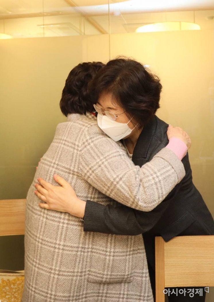 정영애 여성가족부 장관이 1일 광화문 인근 식당에서 일본군 위안부 피해자인 이용수 할머니와 만나 위안부 피해자 관련 기념사업 추진방향 등 현안과 피해자 지원에 대한 의견을 나눴다.