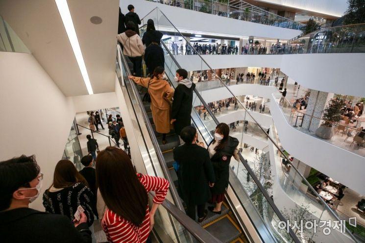 연휴 마지막날인 1일 서울 여의도 더 현대 서울을 찾은 시민들이 쇼핑을 즐기고 있다./강진형 기자aymsdream@