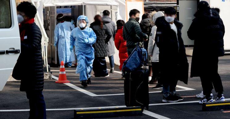 서울 중구 국립중앙의료원에 마련된 코로나19 워킹스루 선별진료소에서 의료진이 분주히 움직이고 있다. [이미지출처=연합뉴스]