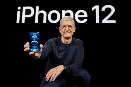 애플의 최고경영자(CEO) 팀 쿡이 지난해 10월13일(현지시간) 미국 캘리포니아주 쿠퍼티노의 사옥 애플 파크에서 열린 신작 스마트폰 아이폰12 공개 행사에서 '아이폰 12 프로'를 선보이고 있다. [이미지출처=연합뉴스]