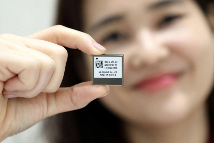 LG이노텍이 세계 최초로 개발한 차량용 와이파이6E 통신 모듈/사진=LG이노텍
