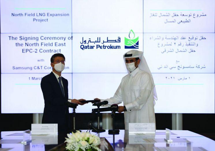 삼성물산 오세철 사장(왼쪽)과 사드 빈 셰리다 알카비 카타르 국영 석유회사 회장이 1일(현지시간) 노스필드 가스전 확장공사 패키지2 LOA에 서명하고 있다. (사진=삼성물산)